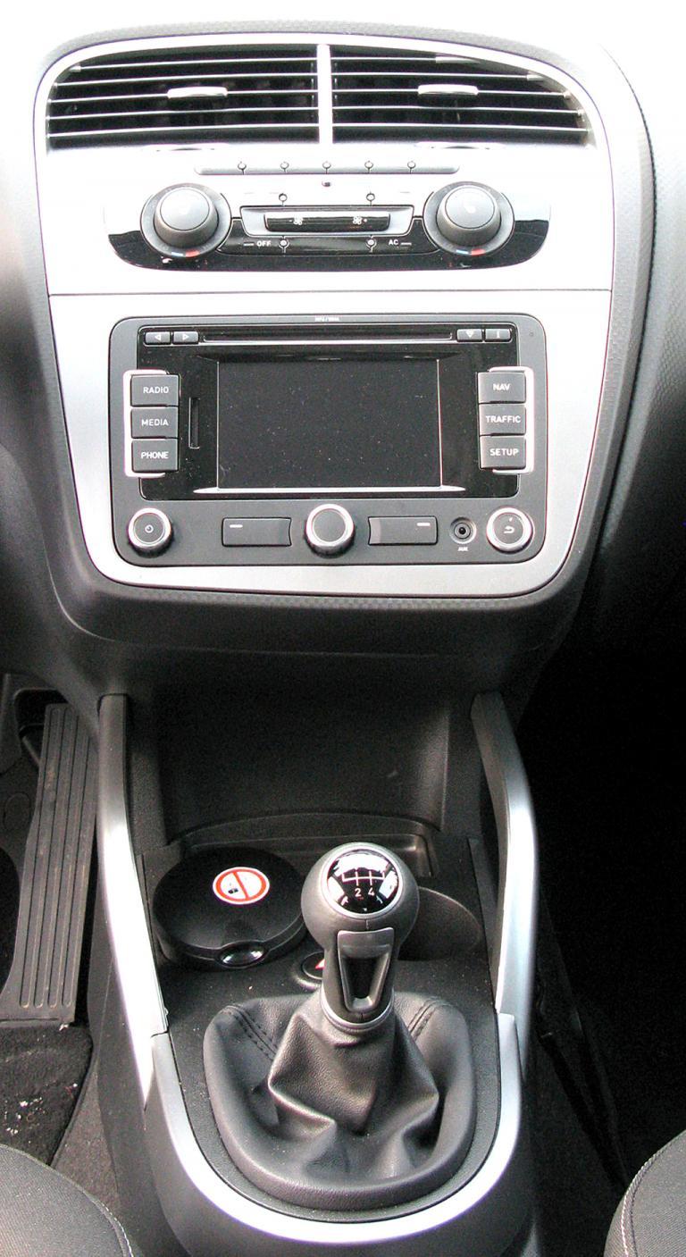 Seat Altea XL: Blick auf den mittleren Armaturenträger mit dem Schalthebel vorn.