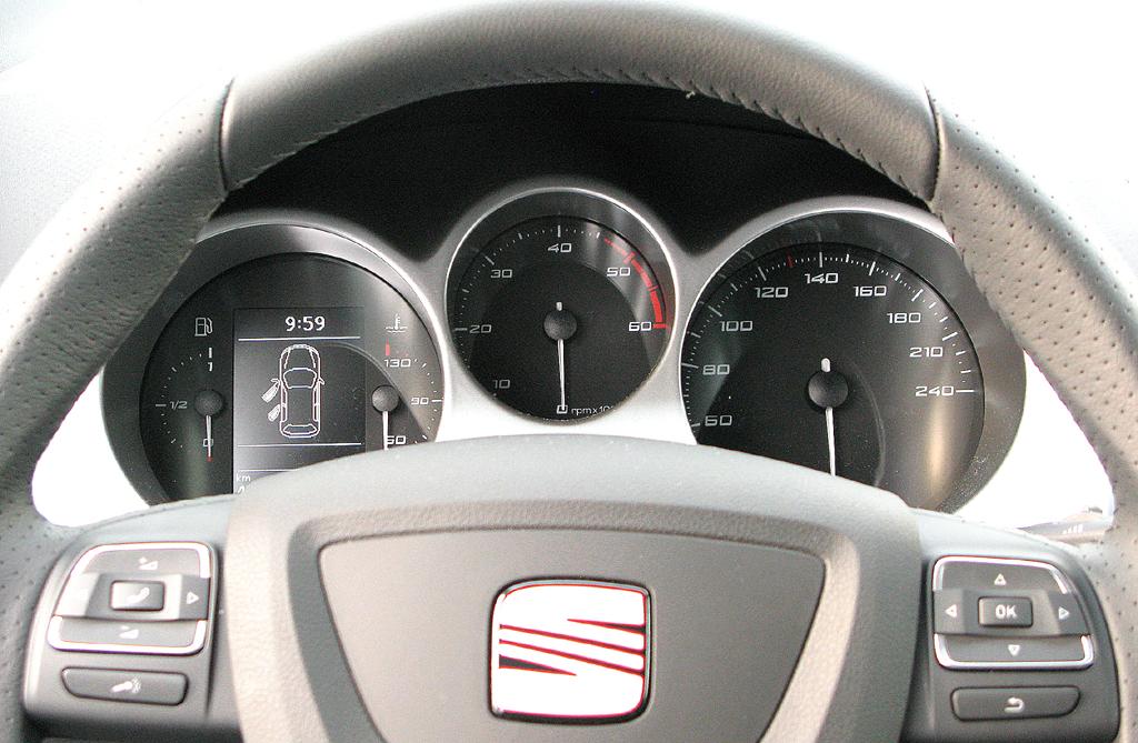 Seat Altea XL: Blick durch den Lenkradkranz auf die Rundinstrumentierung.