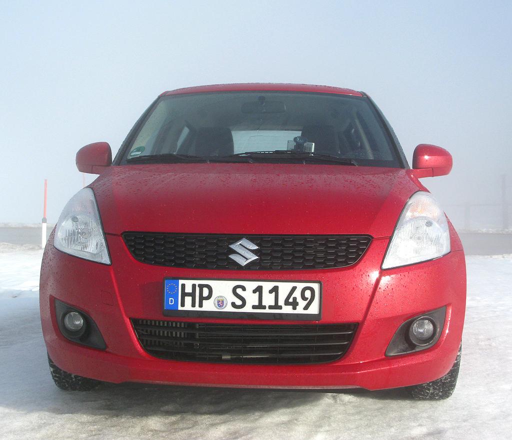 Suzuki Allrad: Blick auf die Frontpartie des kleinen vierradangetriebenen Wagens.