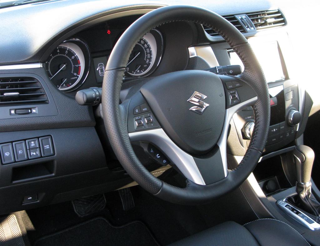 Suzuki Allrad: Blick ins Cockpit des Kizashi 4x4.