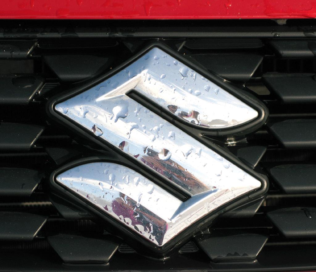 Suzuki Allrad: Das Markenlogo sitzt mittig in der schmalen Kühlergrill-Leiste vorn.