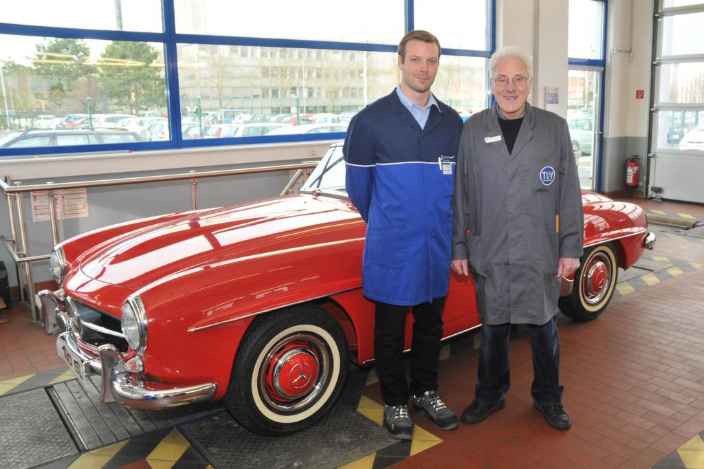 Thorsten Rechtien (li) und Lothar Schulte vor einem Mercedes SL 190