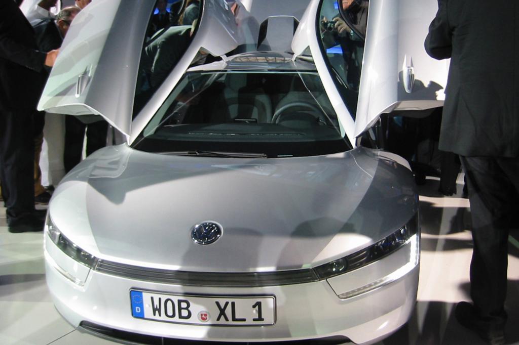 VW stellt den Spritsparer XL1 auf der Messe vor