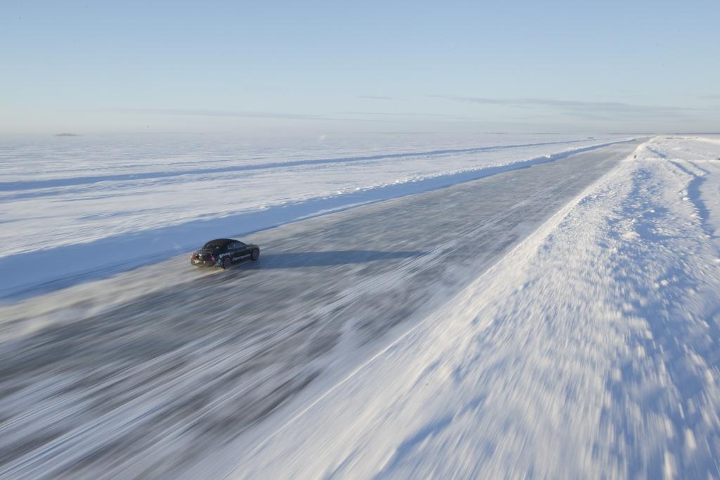 330 km/h auf Eis. Damit bricht Bentley den Weltrekord.
