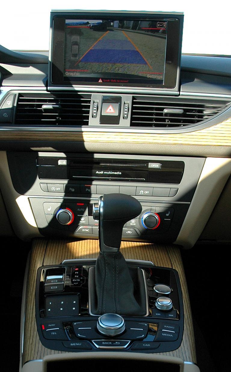Audi A6: Blick auf den mittleren Armaturenträger und Mitteltunnel.