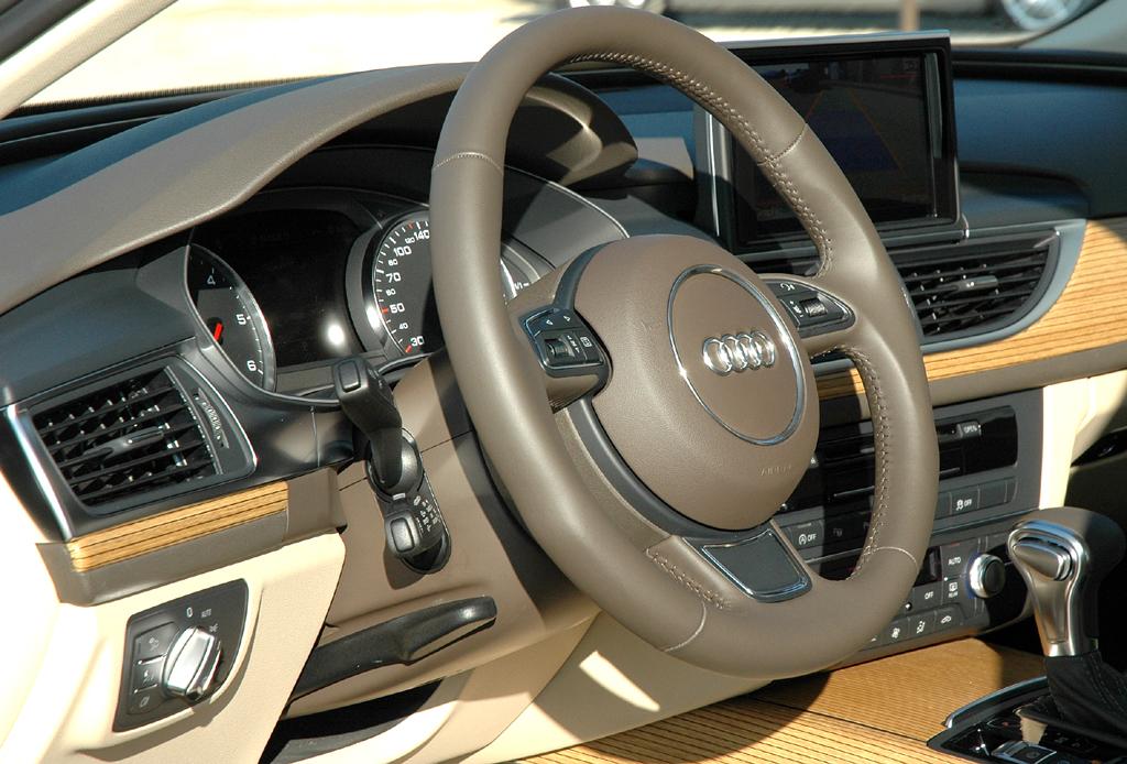 Audi A6: Blick ins noch recht übersichtliche Cockpit.