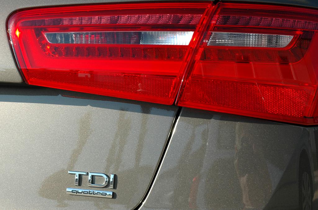 Audi A6: Moderne Leuchteinheit hinten mit Motorisierungsschriftzug.