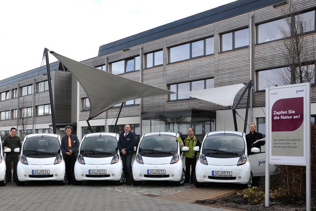 Aus Kostengründen eignen sich Elektroautos wie der Mitsubishi i-MiEV vor allem als rollende Imageträger für Firmenkunden aus der grünen Branche. Bei den Autos der juwi-Gruppe geht es dank Strom aus Wind und Wasser schon jetzt sauber zu.