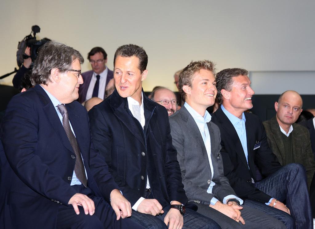 Bei der SLK-Weltpremiere: (von links) Mercedes-Motorsportchef Norbert Haug, Mercedes-Piloten Michael Schumacher, Nico Rosberg und David Coulthard.