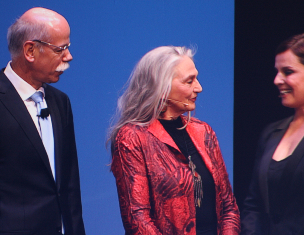 Benz-Urenkelin Jutta (Mitte) zusammen mit Daimler-/Mercedes-Chef Dieter Zetsche und Desiree Nosbusch, die durchs Programm führte.