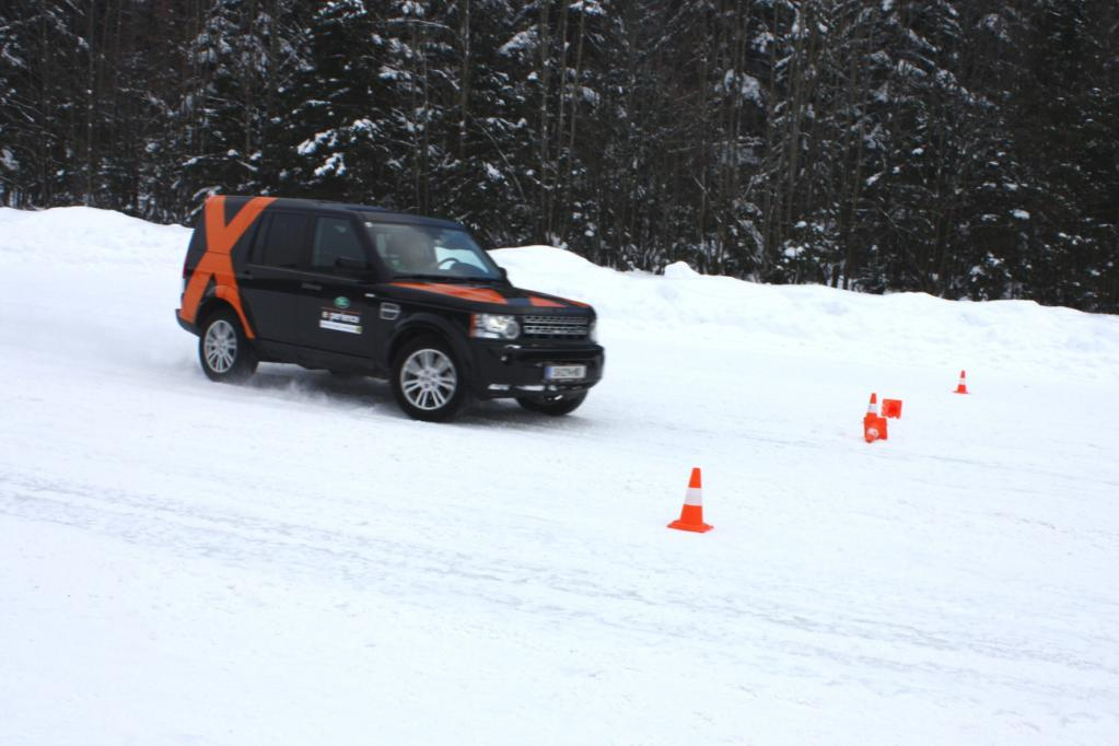 Bereits nach kurzer Zeit gewinnen die Teilnehmer des Land Rover Winter Driving Sicherheit auf Schnee und Eis.