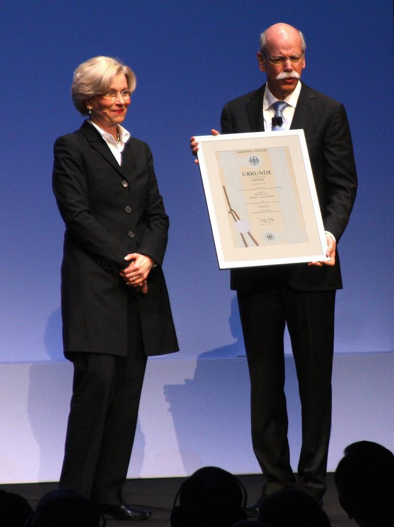 Cornelia Rudloff-Schäffer, Präsidentin des Deutschen Patent- und Markenamtes, übergibt Daimler-/Mercedes-Chef Dieter Zetsche die Urkunde für die so genannte Bipolare Rahmenflachzelle.