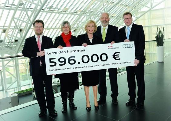 Dagmar Berghoff nimmt Audi-Spende für Kinderhilfsprojekte entgegen
