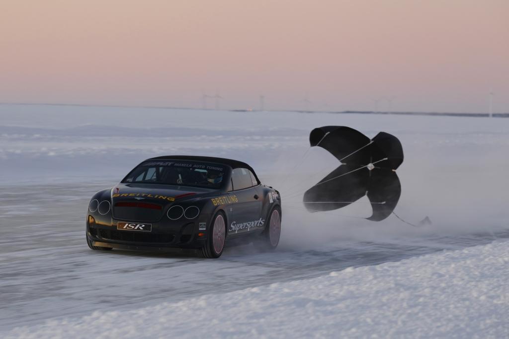Der Bremsfallschirm bringt den Bentley wieder auf normale Geschwindigkeiten