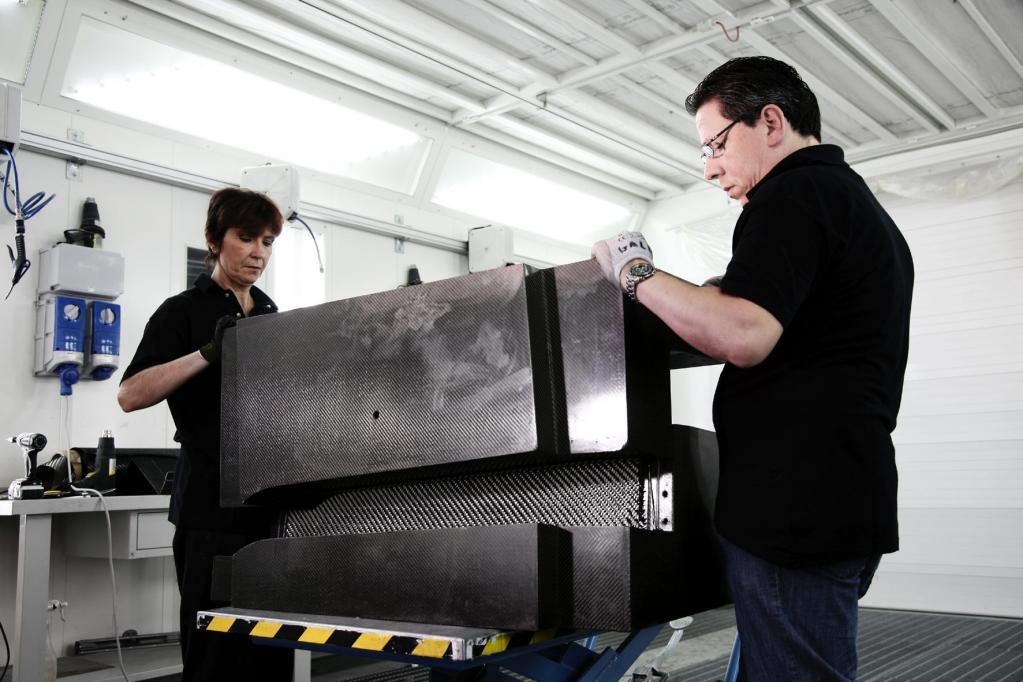 Der neue Werkstoff ist unverschämt teuer und die Verbundformteile lassen sich größtenteils nur in aufwändiger Handarbeit herstellen.