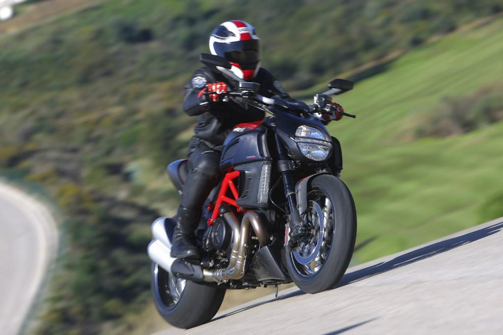 Die Fahrleistungen der Ducati Diavel sind so martialisch wie ihr Äußeres.