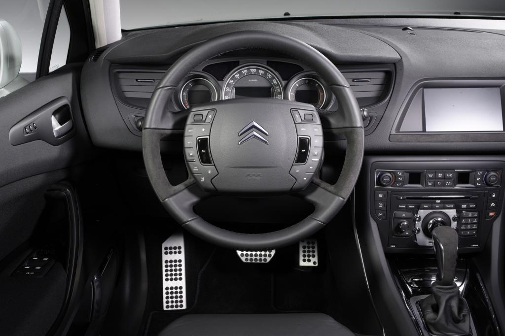 Die Fahrzeuge kosten ab 38.190 Euro für die Limousine und 39.390 für den Tourer genannten Kombi mit dem 115 kW/156 PS-Benziner
