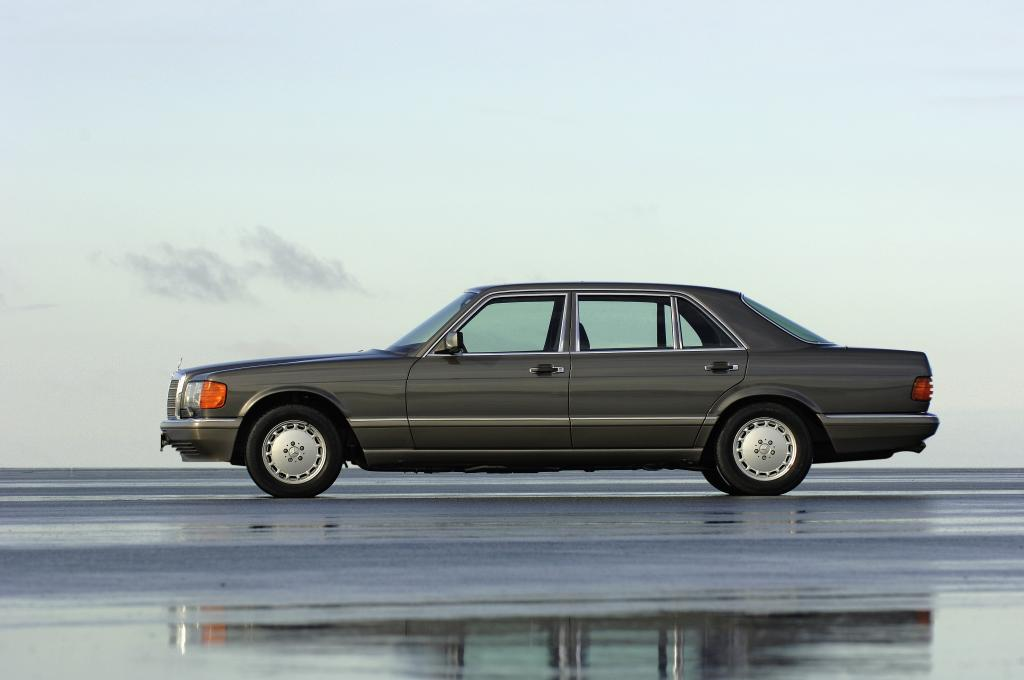 Die Mercedes-Benz S-Klasse der Modellreihe W 126 war das erste Auto mit Fahrer-Airbag und Gurtstraffer für den Beifahrer.