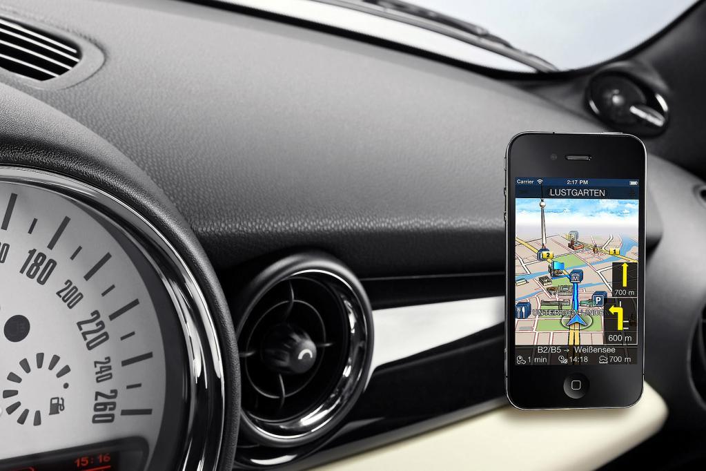 Eine kraftstoffsparende Alternative ist Navigationsoftware für das Smartphone. Hier sollte man auf sichere Befestigung über die mitgelieferten Saugnäpfe und regelmäßige Software-Updates achten.