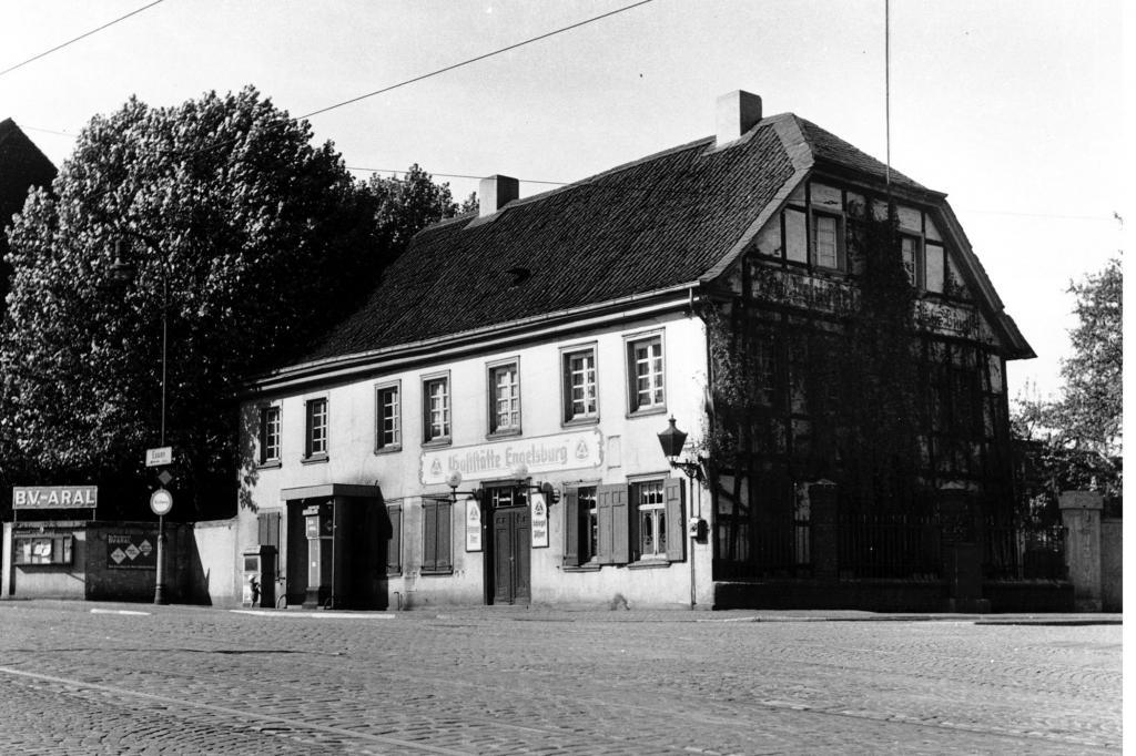 Einzelne Zapfsäulen an Häusern waren 1942 keine Seltenheit