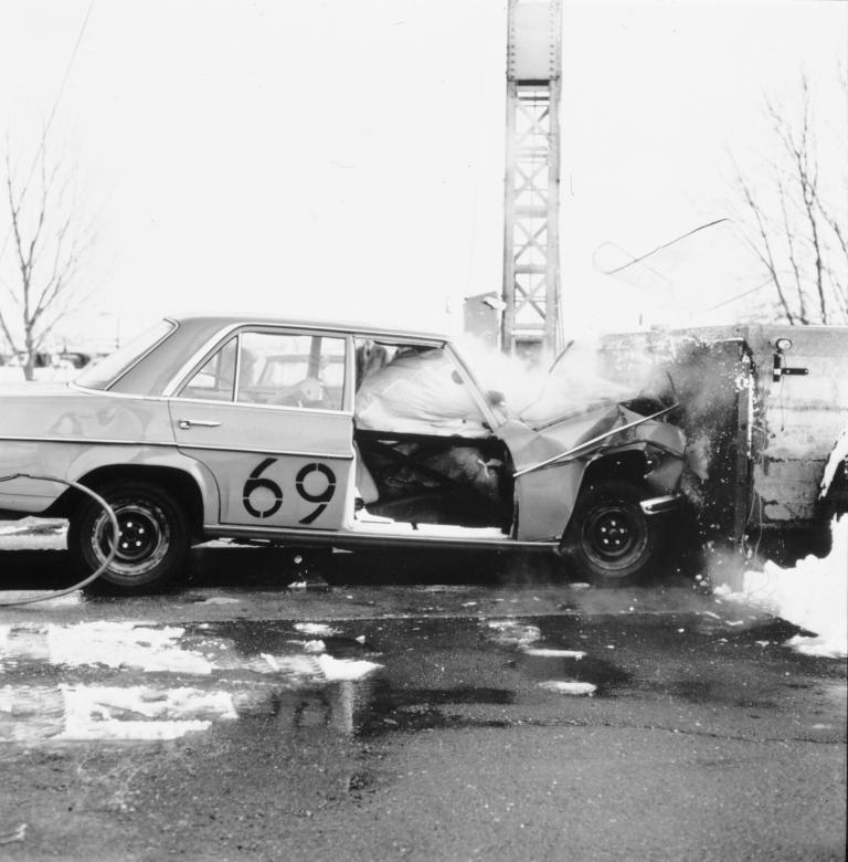 Erste Erprobungen des Airbags bei Mercedes-Benz (1969).