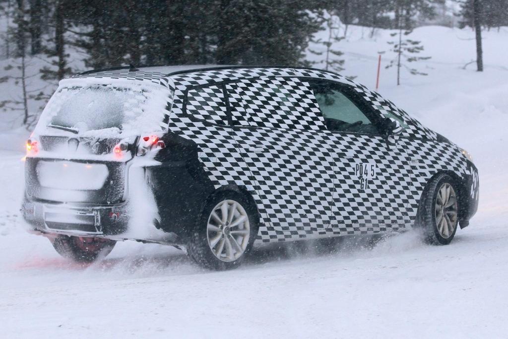 Erwischt: Erlkönig Opel Zafira - Auch die dritte Generation des Opel Zafira wird auf der Plattform des kompakten Astra vorfahren. Und so dürfte auch die Motorenpalette ähnlich ausfallen. | fotos: lehmann photo-syndication