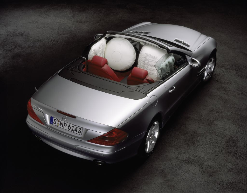 Für Roadster und Cabriolets entwickelte Mercedes-Benz Kopf-/Thorax-Seitenairbags. 2001 feierte dieser Airbag-Typ in der SL-Klasse Weltpremiere.