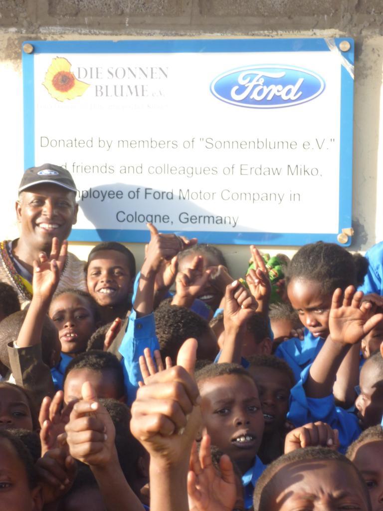 Ford-Mitarbeiter unterstützen den Kölner Verein Sonnenblume, der Spenden für den Bau einer Schule gesammelt hat.
