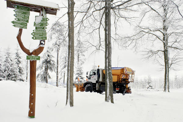 Ganze Schaufel voll zu tun: Der 130 kW/177 PS starke U 400 sorgt im Winter für freie Wanderwege im Thüringer Wald. Im Sommer schleppt er falschgeparkte Autos ab.