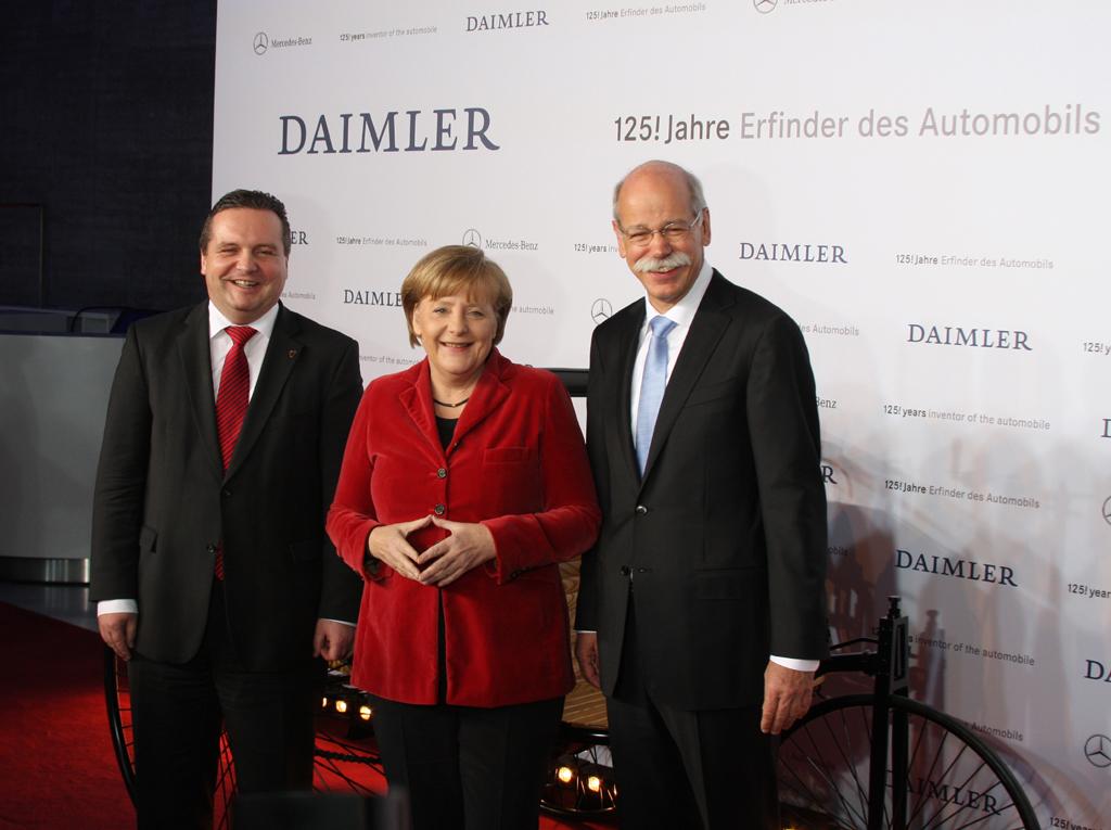 Gruppenbild mit Gästen: (von links) Baden-Württembergs Ministerpräsident Stefan Mappus, Bundeskanzlerin Angela Merkel und Daimler-/Mercedes-Chef Dieter Zetsche.