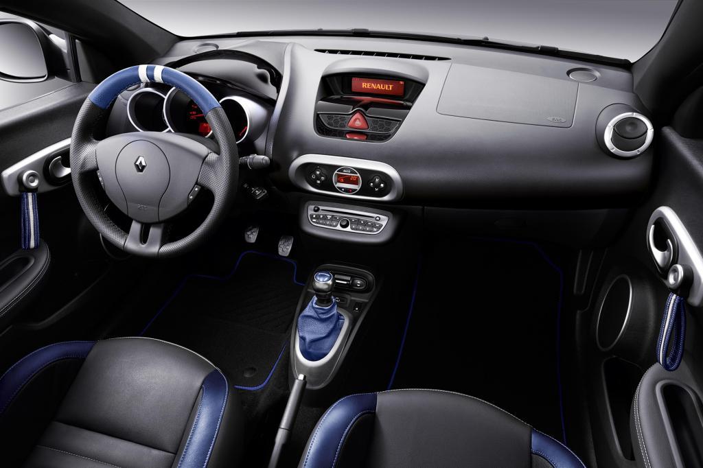 Im Innenraum kommen schwarz-blaue Sportsitze mit Gordini-Logo und eine blaue Türlederverkleidung zum Einsatz
