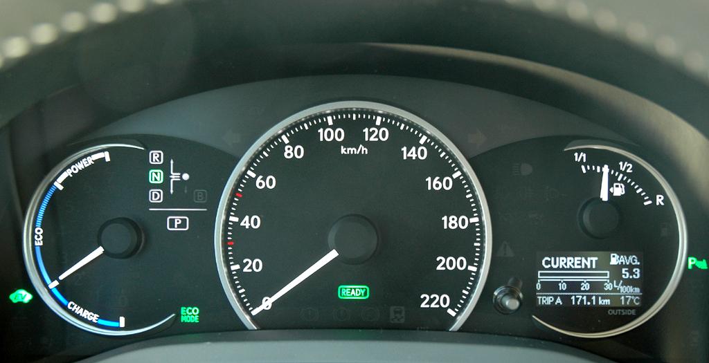 Lexus CT 200h: Blick durch den Lenkradkranz auf die Rundinstrumentierung.
