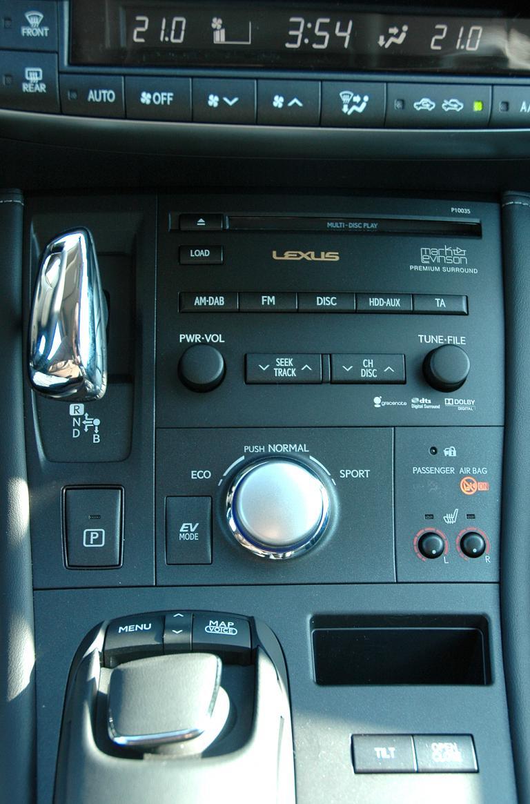 Lexus CT 200h: Getriebewählhebel (oben links) und Cursor (vorn links) in der Mittelkonsole.