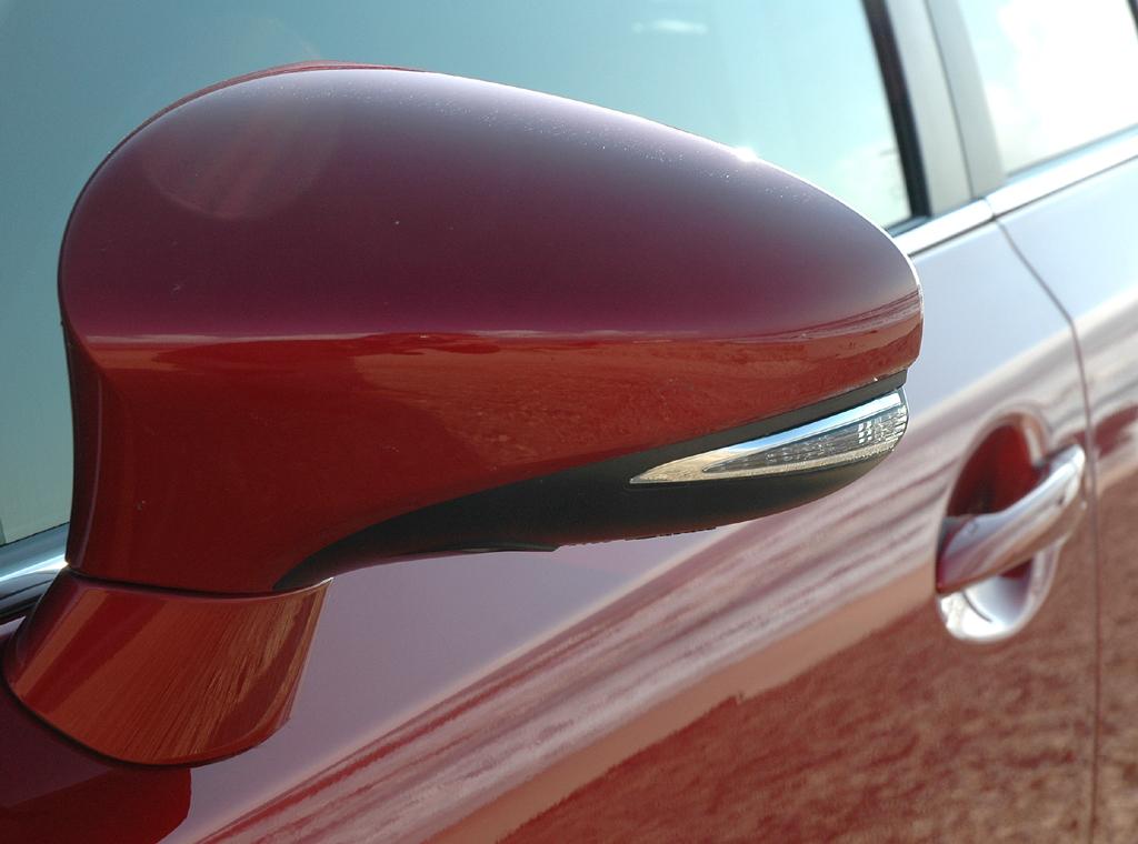 Lexus CT 200h: In die Außenspiegel sind Blinkerleisten integriert.
