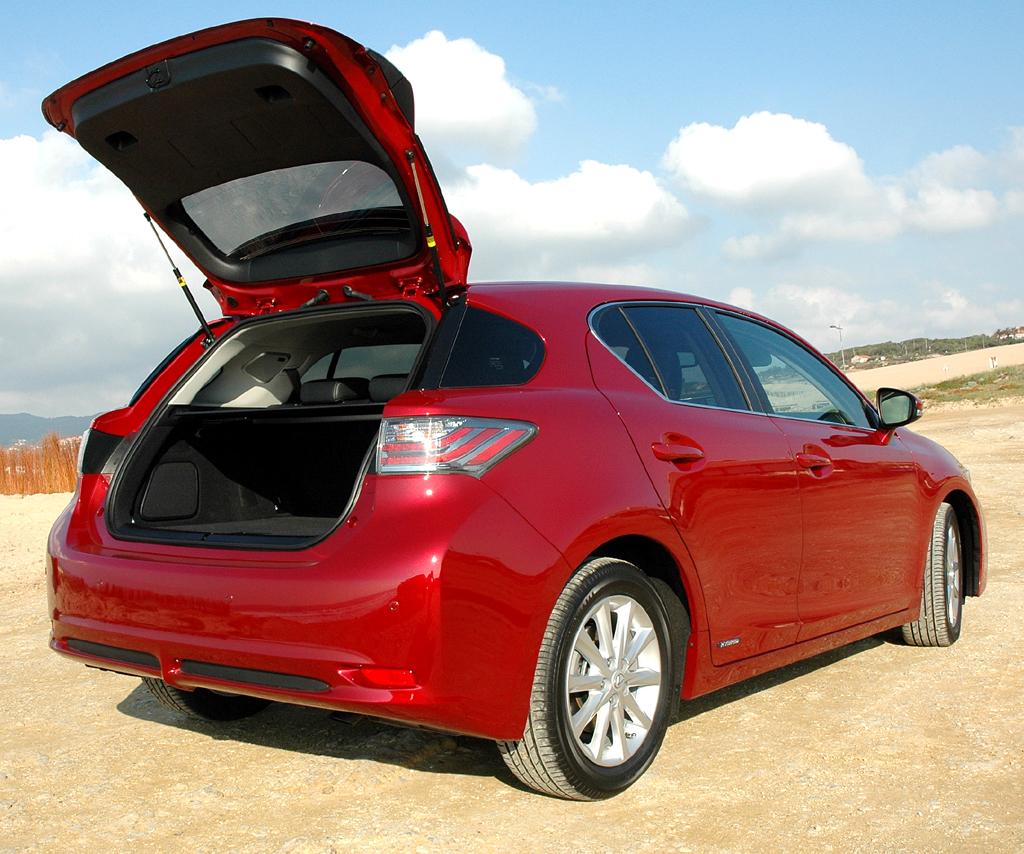 Lexus CT 200h: Ins Gepäckabteil passen 375 bis 985 Liter hinein.