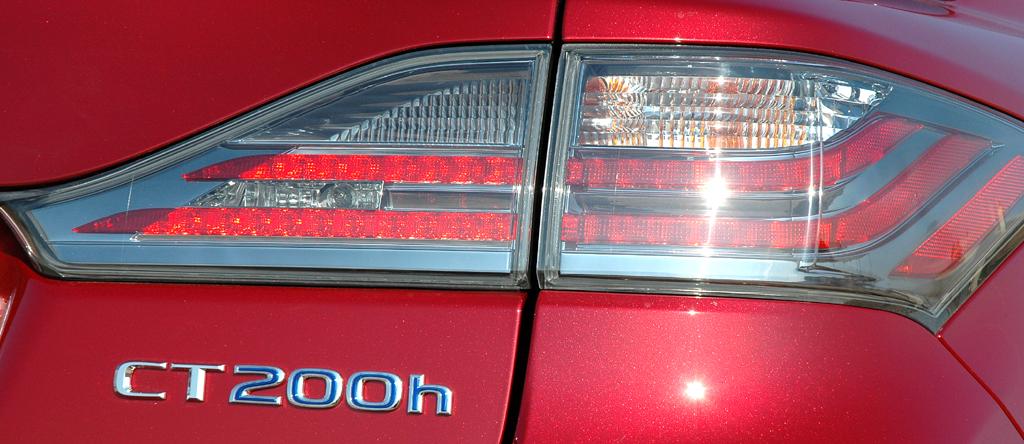 Lexus CT 200h: Moderne Leuchteinheit hinten mit Modellschriftzug.