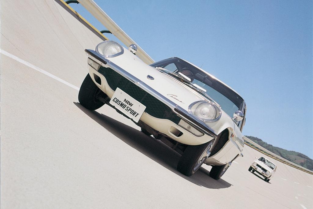 Mazda Cosmo Sport 110S und Mazda R100, 1968.
