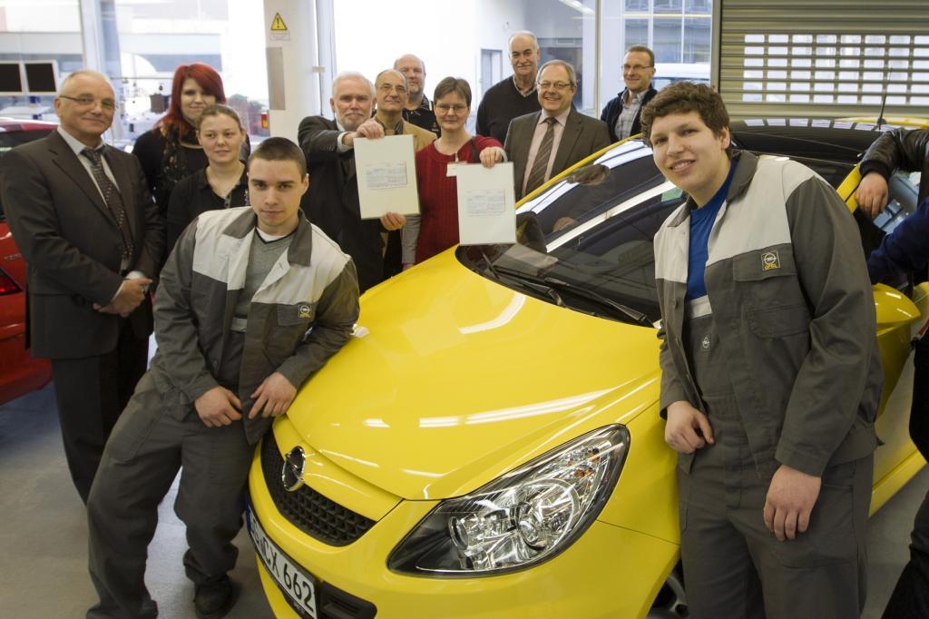 Opel-Auszubildende spenden 5000 Euro
