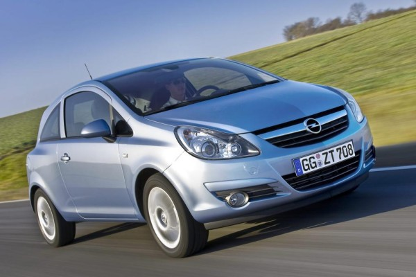 Opel Corsa steht auf der Bremse