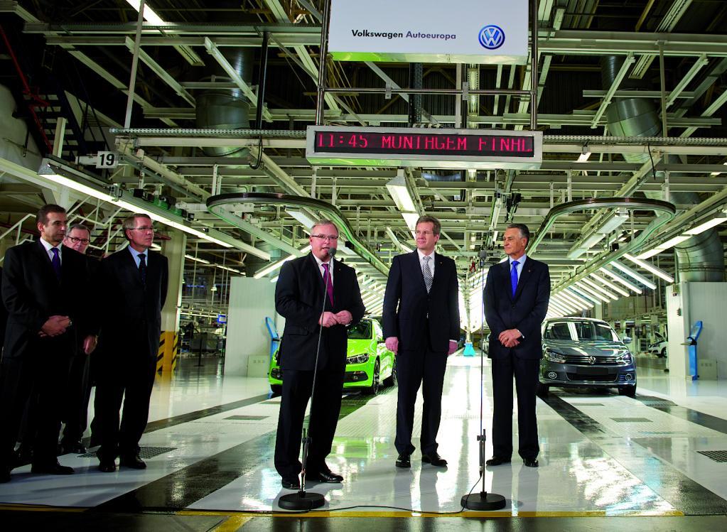 Portugals Präsident Prof. Dr. Anibal Cavaco Silva und Bundespräsident Christian Wulff wurden von Hubert Waltl, Mitglied des Markenvorstands Volkswagen Pkw für den Geschäftsbereich Produktion und Logistik, begrüßt (v.r.).