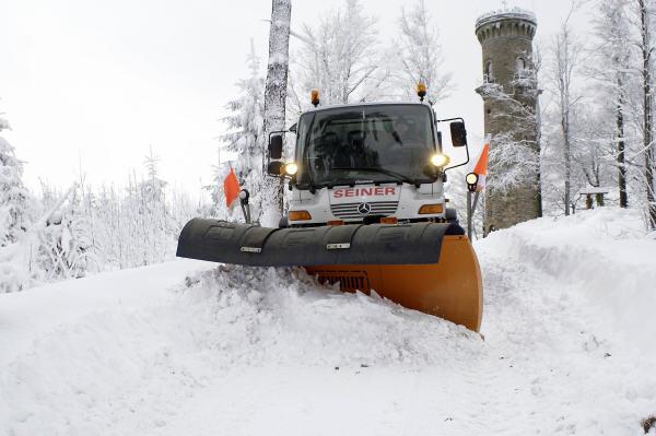 Täglich räumt Jens Seiner im Winter mit seinem Unimog klaglos den Weg zum 861 Meter hohen Kickelhahn. Eine echte Herausforderung - für Mensch und (Land-)Maschine.