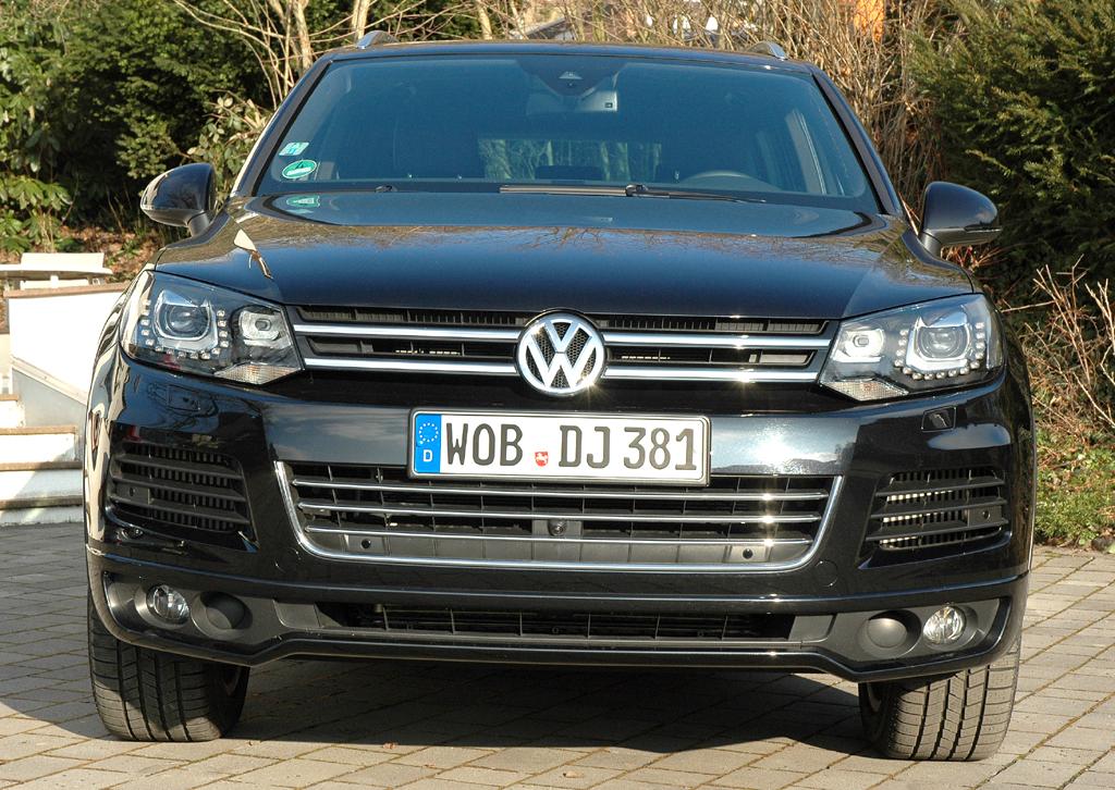 VW Touareg Diesel: Blick auf die Frontpartie des großen SUV.