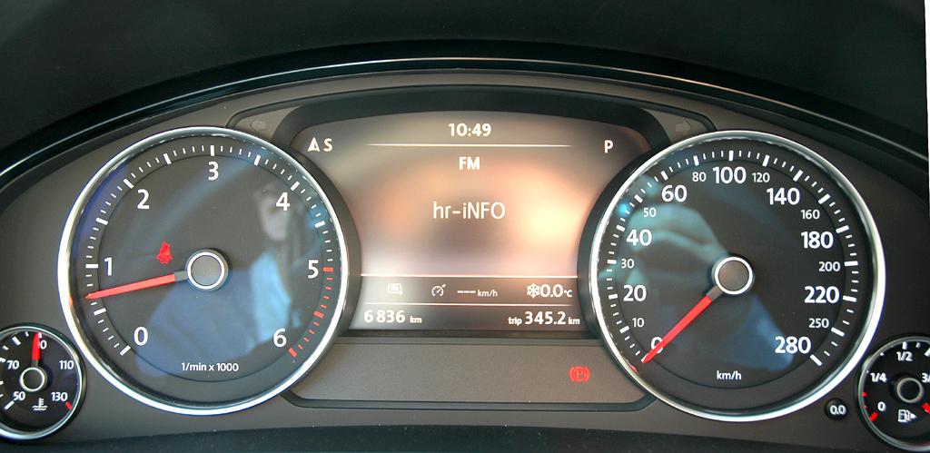 VW Touareg Diesel: Blick durch den Lenkradkranz auf die Rundinstrumentierung.