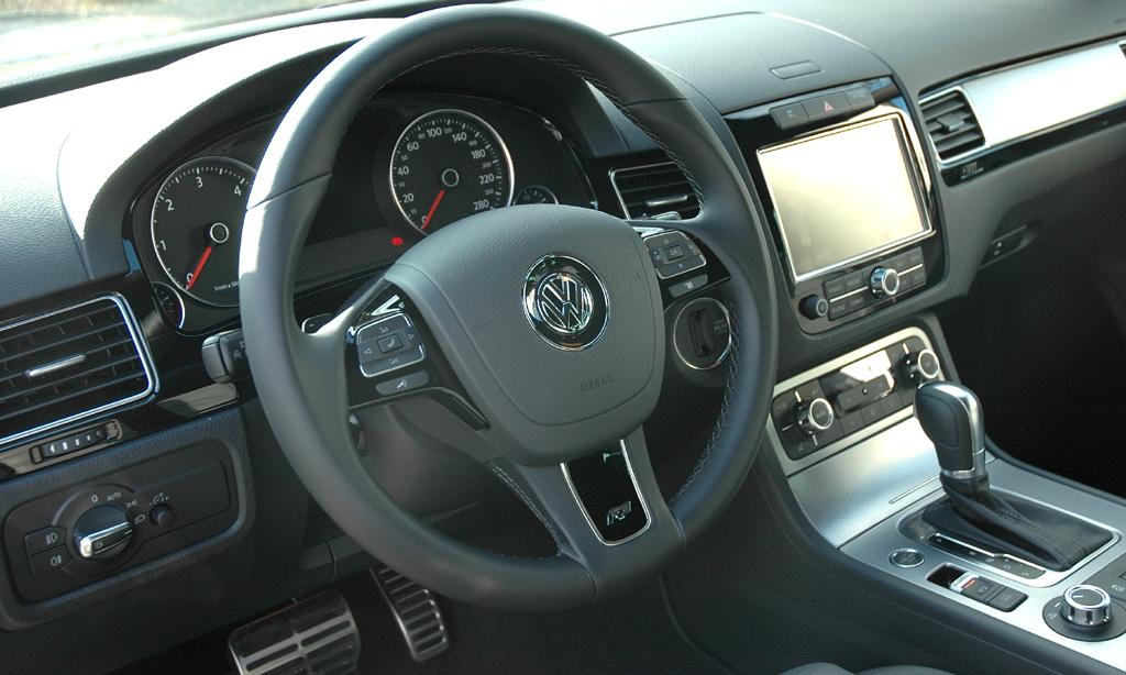 VW Touareg Diesel: Blick ins übersichtlich gestaltete Cockpit.