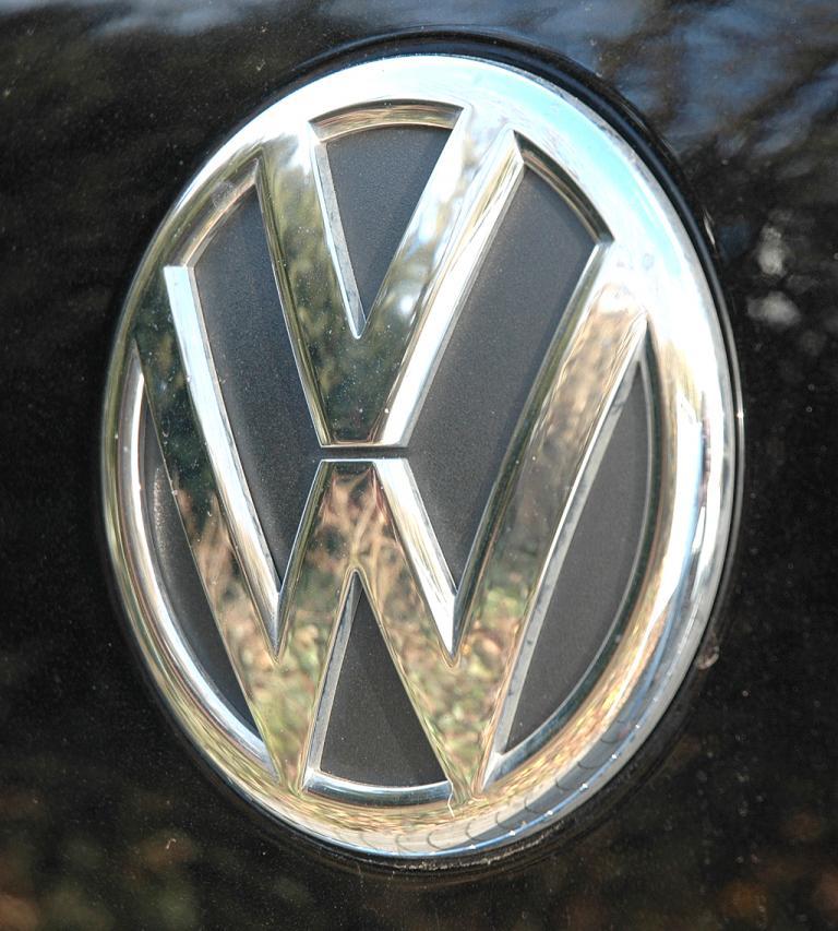 VW Touareg Diesel: Das Markenlogo hinten sitzt auf der Kofferraum-Tür.