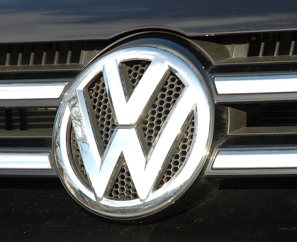 VW Touareg Diesel: Das Markenlogo sitzt im oberen Kühlergrill.