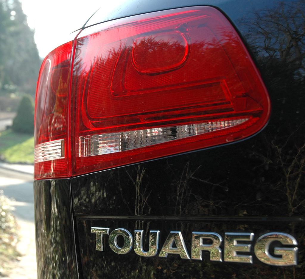 VW Touareg Diesel: Moderne Leuchteinheit mit Modellschriftzug hinten.