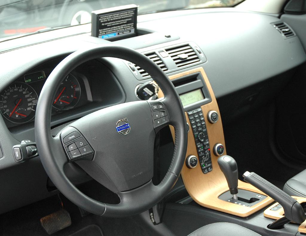 Volvo C30 Diesel: Blick ins recht übersichtlich gestaltete Cockpit.