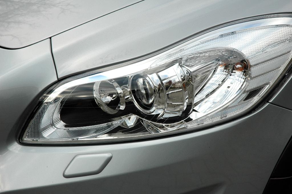 Volvo C30 Diesel: Moderne Rundleuchteinheit vorn.