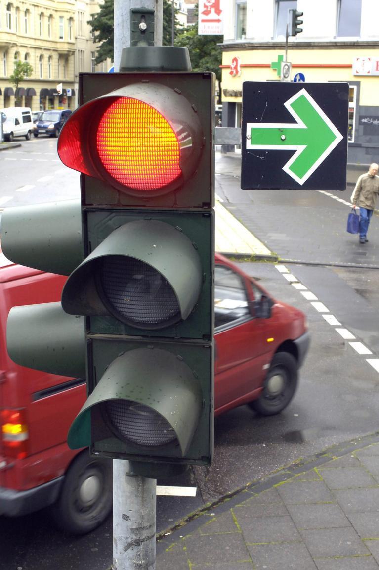 Wer das rote Leuchten an Ampeln nicht erkennt, sollte keine Personen befördern.